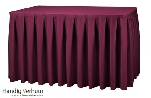 Tafel 8 persoons + rood tafelkleed +rok